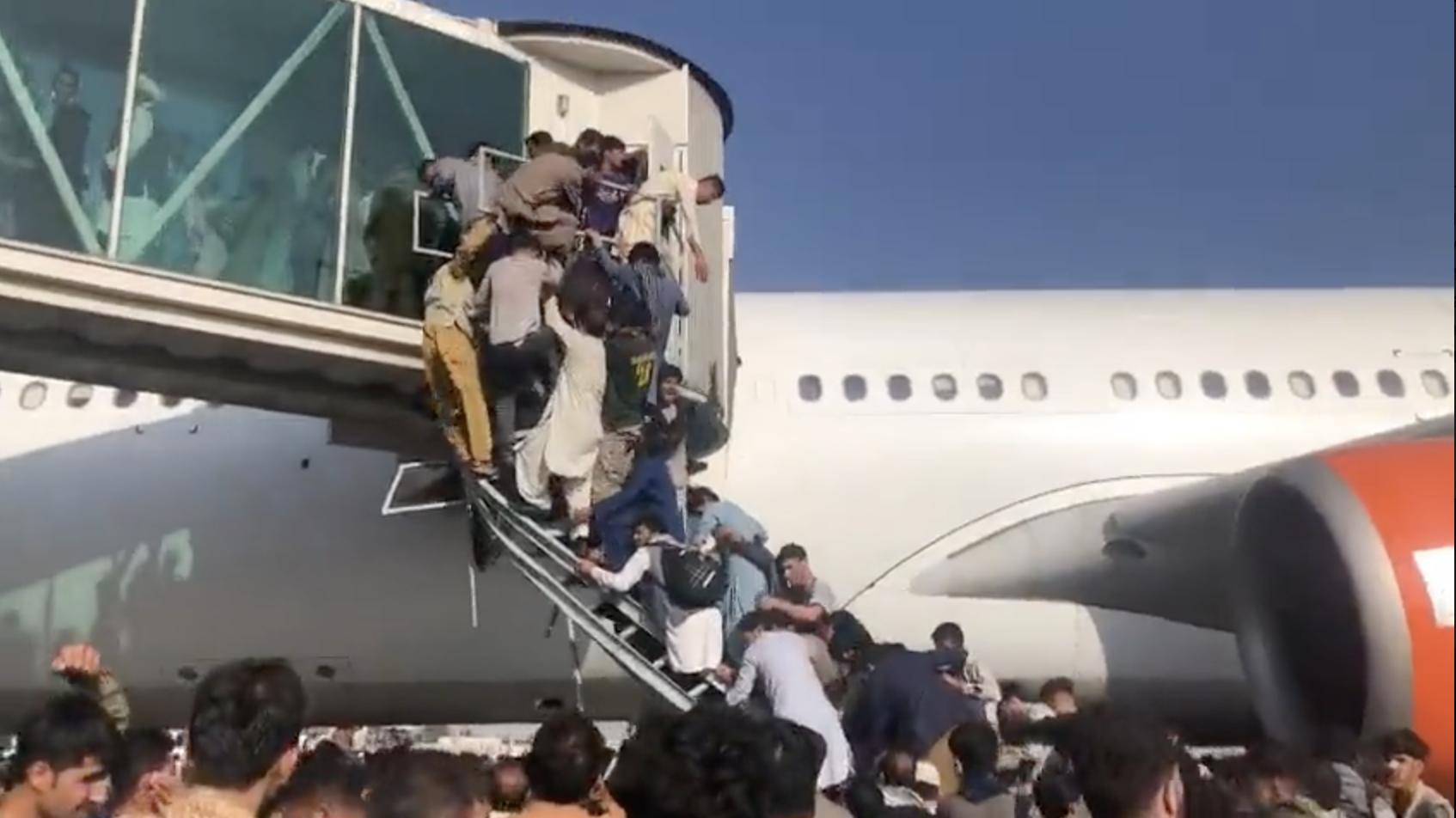 Аэропорт Кабула. Паника, толпы прорывающиеся к самолетам, пулеметные  очереди, жертвы » ОКО ПЛАНЕТЫ информационно-аналитический портал