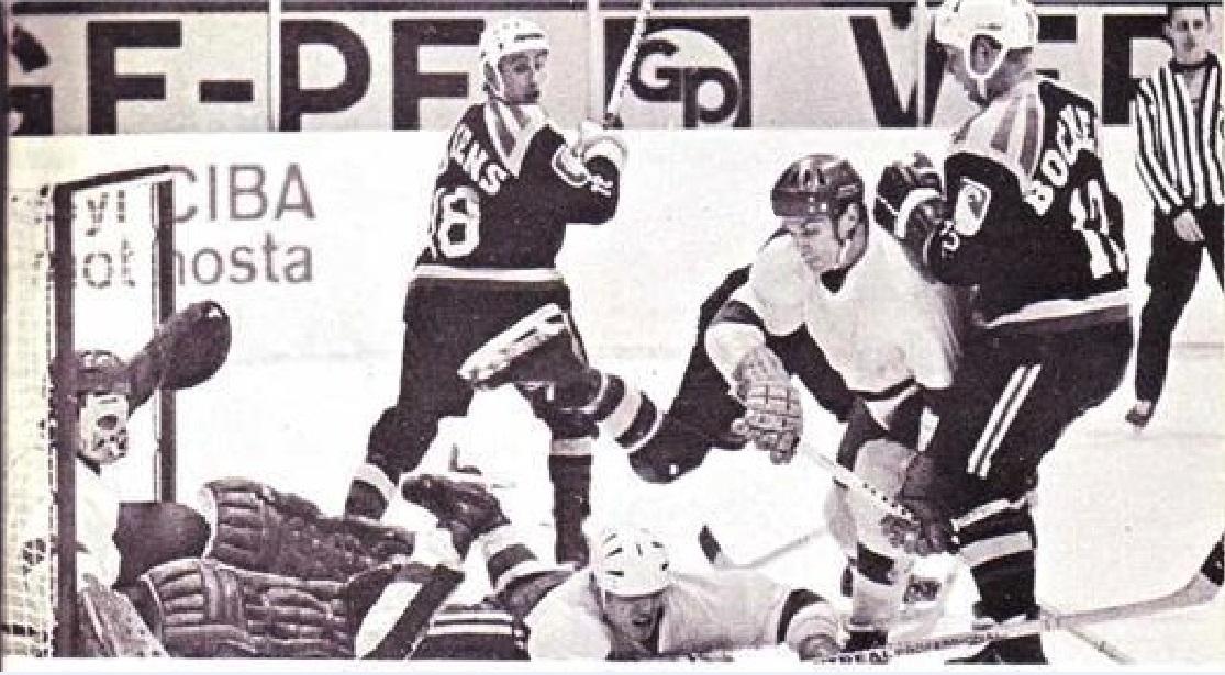 3 января 1970 года Швеция Кубок Звезд Брюнес -Химик 5-5 Стефан Карлссон и Хакан Викберг атакуют ворота голкипера Валерия Зубарева.