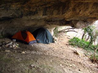 Палатки в гроте номер 55