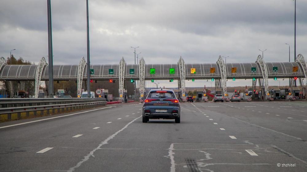 На пункте взимания платы полосы для транспондеров обозначены зеленым табло