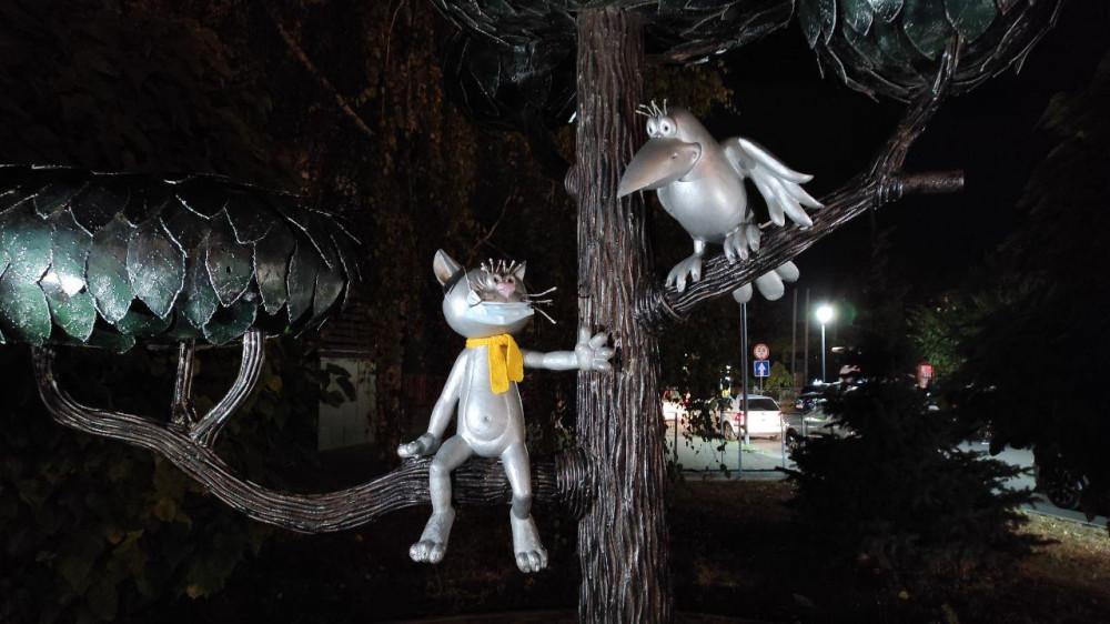 Памятник котенку с улицы Лизюкова. Котенок соблюдает масочный режим