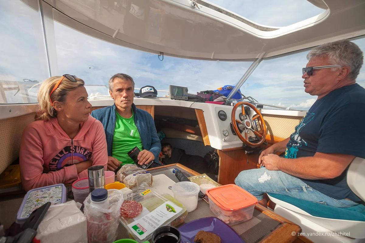 Участники экспедиции #чистыйсевер во время прогулки по Белому морю