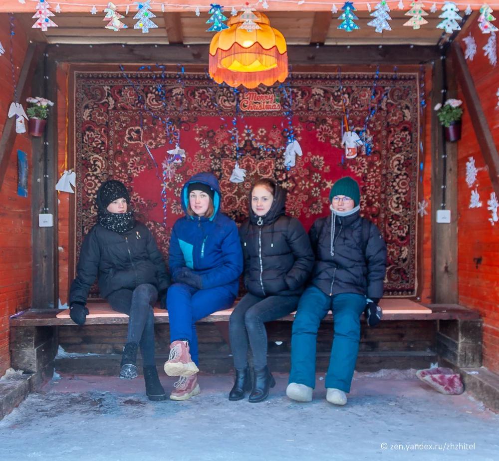 Галина Никулина (справа) вместе со школьниками