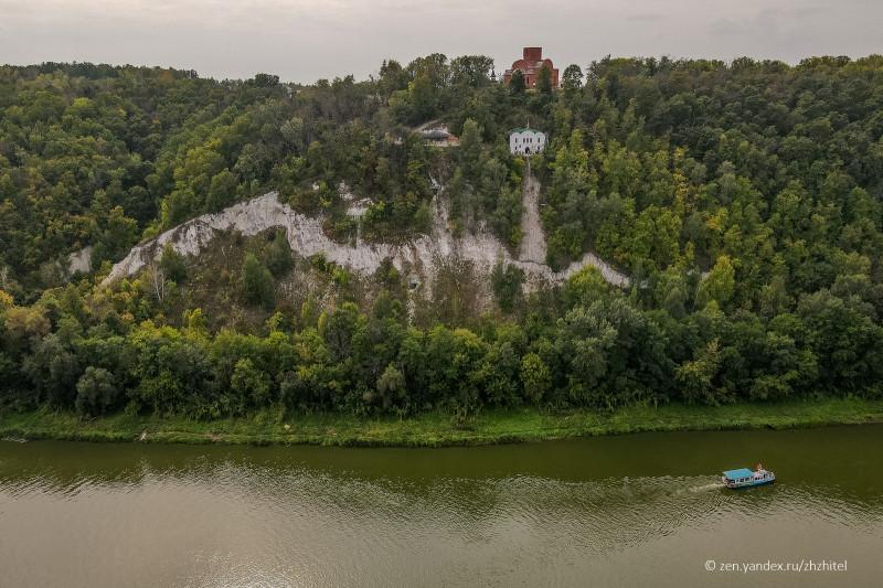 Белогорский монастырь. В этой меловой горе находятся искусственные пещеры и храмы