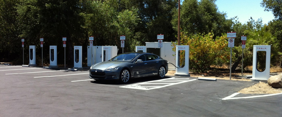 Только что построенная суперзарядка Tesla в Калифорнии
