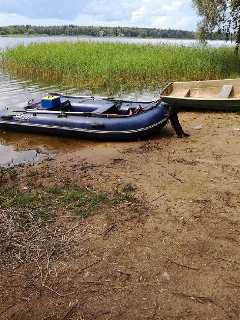 25 июля 2017г на выходе р. Черная моряк швартует свою лодку.jpg