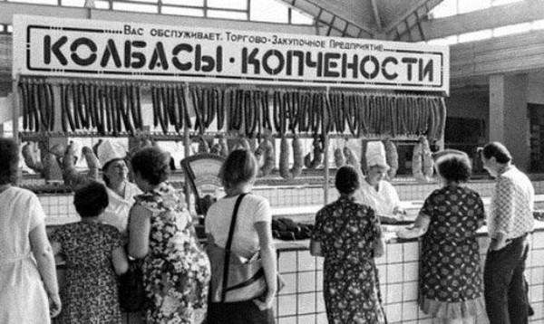 Советская колбаса в большом количестве.