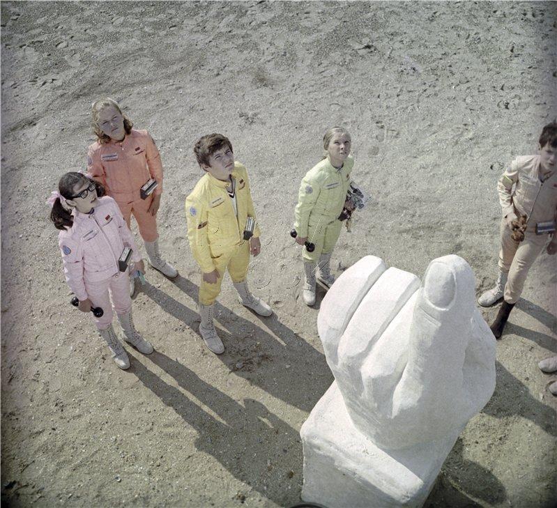 Замість Леніна - гігантська синя рука: в центрі Києва встановили нову скульптуру - Цензор.НЕТ 1804