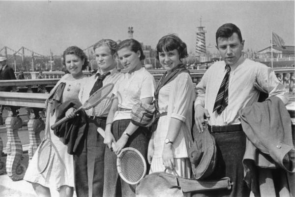 Теннисисты. 1930-е. Фото Э. Евзерихина height=400