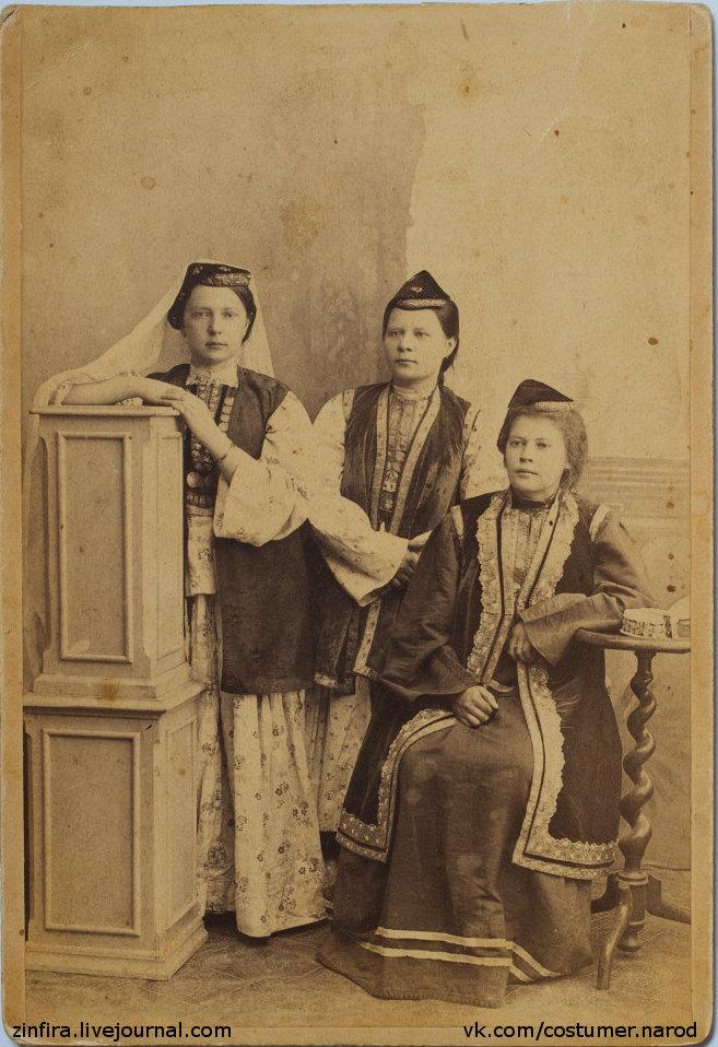 Девушки в татарских костюмах. Старая фотография из Малмыжа