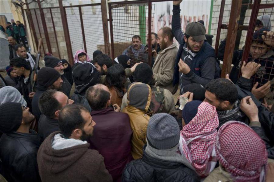 Беженцы переходят КПП на турецко-сирийской границе