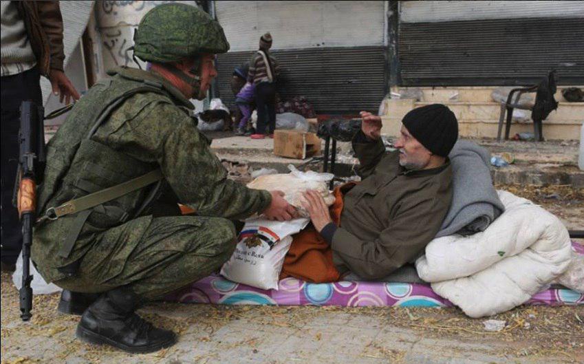 Злобные путинские солдаты отбирают у голодающих Алеппо последнее(с)