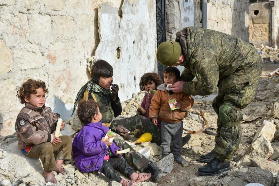 Сапер дает детишкам еды (с) МО РФ