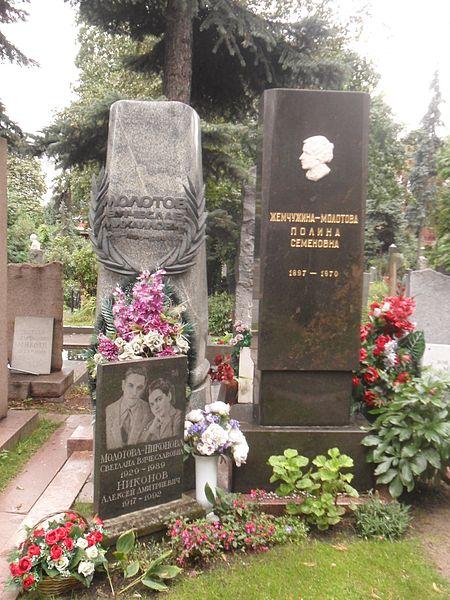 450px-Памятник_на_могиле_Вячеслава_Молотова_на_Новодевичьем_кладбище