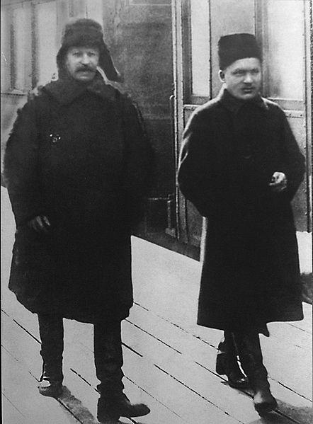442px-Сталин_и_Киров,_Ленинградский_вокзал,_1928