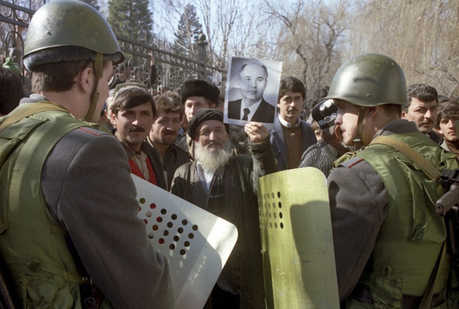 RIAN_archive_699872_Dushanbe_riots,_February_1990