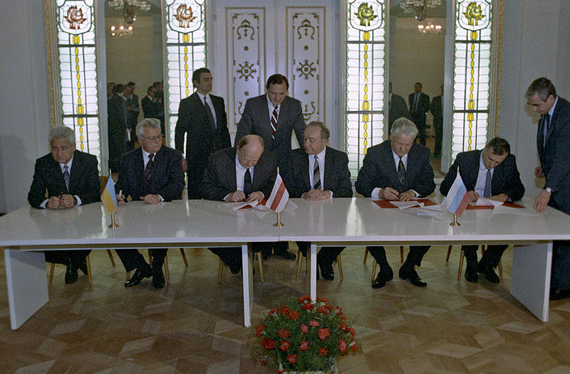 800px-RIAN_archive_848095_Signing_the_Agreement_to_eliminate_the_USSR_and_establish_the_Commonwealth_of_Independent_States