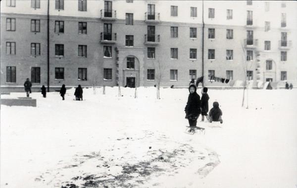 Дети играют во дворе. Декабрь 1956 года.