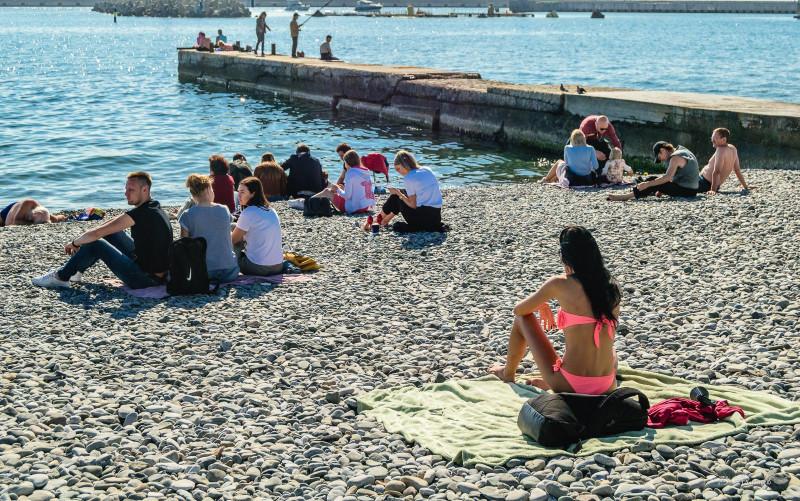 Места на пляжах Сочи следует занимать с апреля! :)
