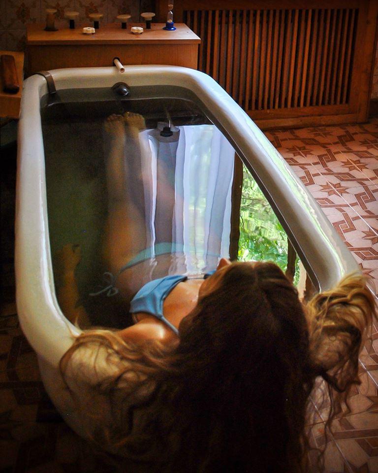 На фото - девушка принимает мацестинские ванны на курорте Сочи