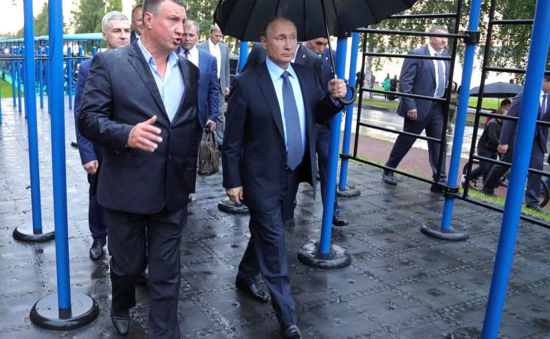Вадим Маркелов показывает президенту В. Путину уличные тренажеры.