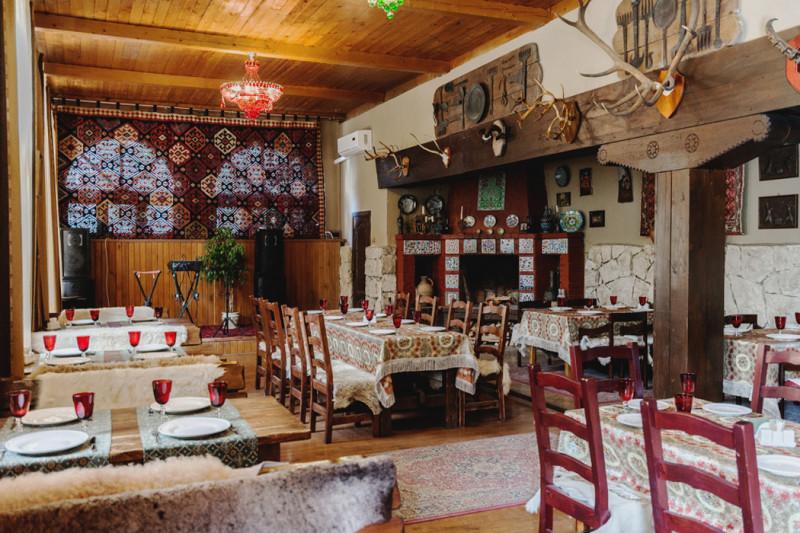 """На фото - зимний зал ресторана """"Кавказский аул"""" в Агурском ущелье..."""