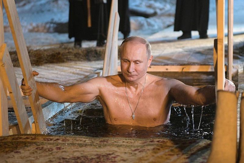 Владимир Путин иногда тоже купается на Крещение...