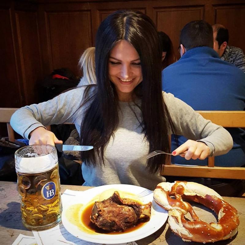 Анастасия в одном из ресторанов в Мюнхене...
