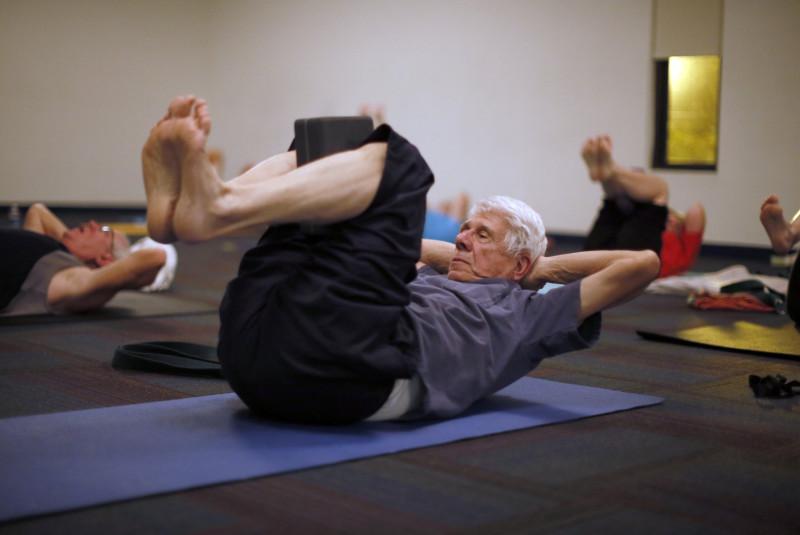 Пенсионеры на занятиях йоги. Аризона, США. Фото: Lucy Nicholson / Reuters