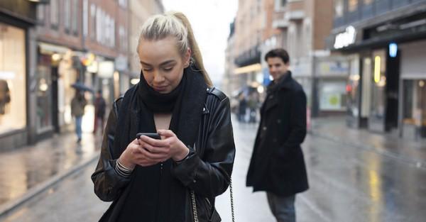 Адекватный парень и девушка на улице