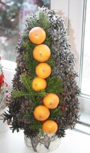 елка с шишками, хвоей и цитрусовыми