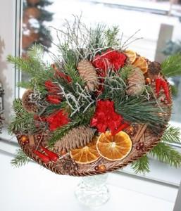 новогодний букет на каркасе из хвои, цитрусовых и живых цветов