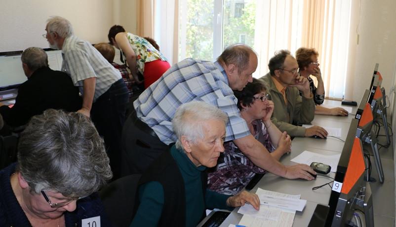 Челябинские пенсионеры соревнуются в компьютерном многоборье