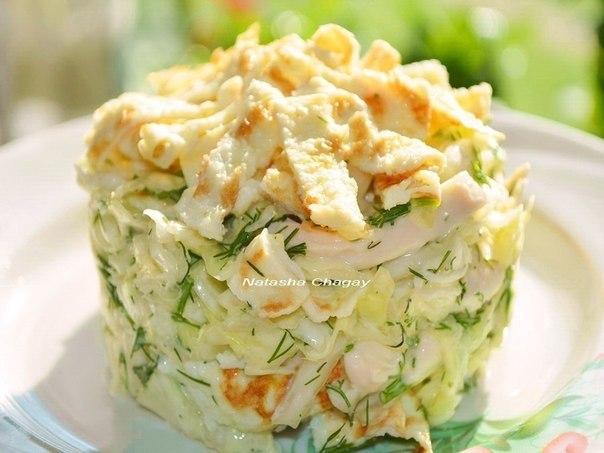 Салат с яичными блинами и колбасой с