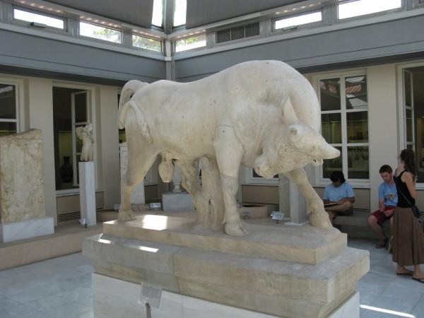 Мраморная статуя быка (оригинал) с могилы Дионисия