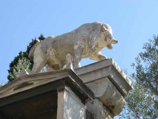 Копия быка на памятнике Дионисию из Коллита