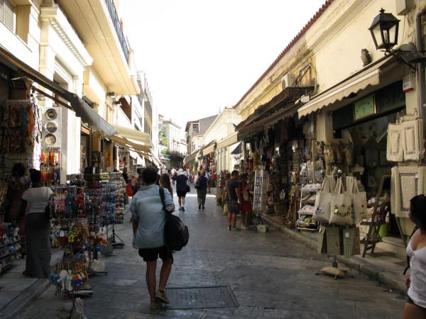Сувенирные лавки в квартале Плака