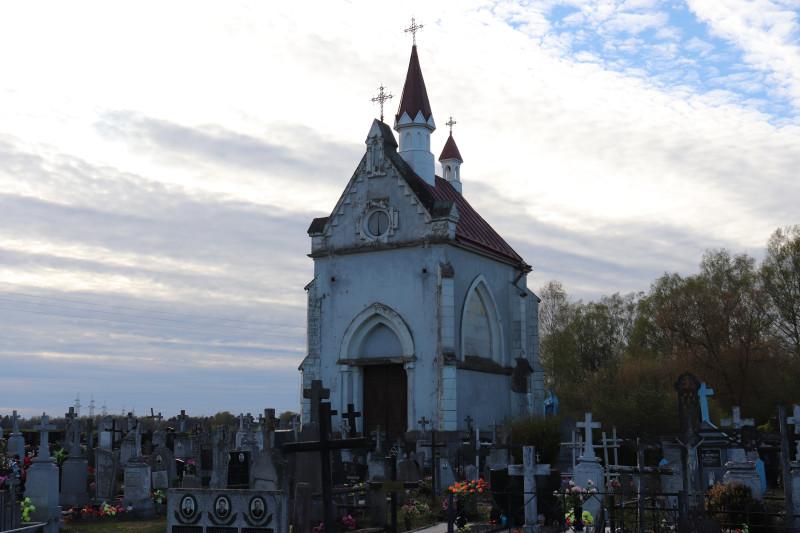 Часовня-усыпальница в деревне Ивашковцы