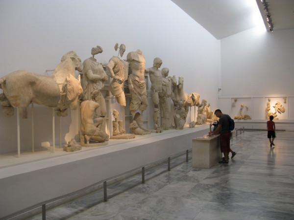 Восточный фронтон - состязание на колесницах между Пелопсом и Эномаем