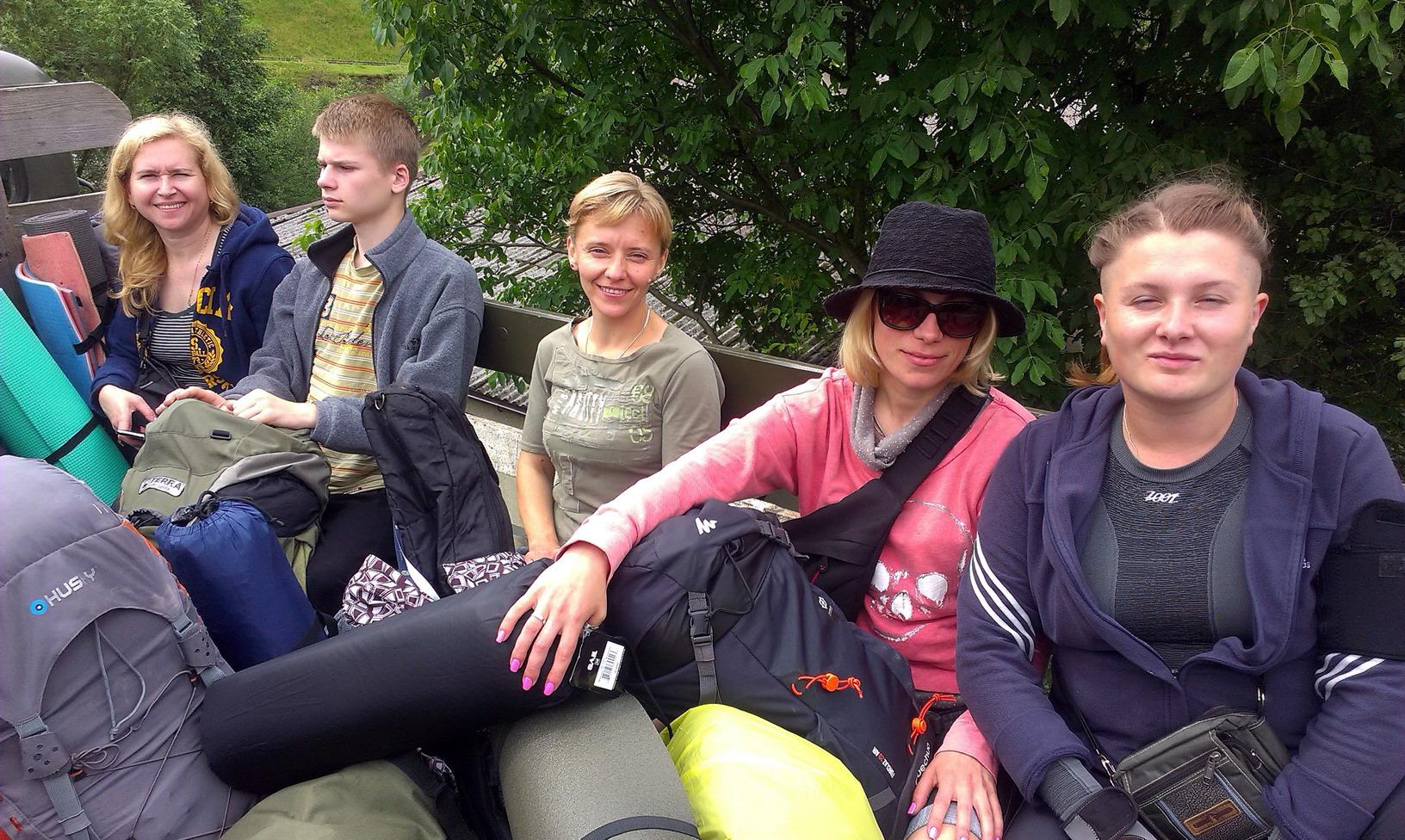 Грузимося в ГАЗ-66 - 22 туристів. Плюс четверо в УАЗику