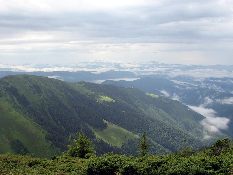 В долині - Румунія, сонце і приємні хмарки