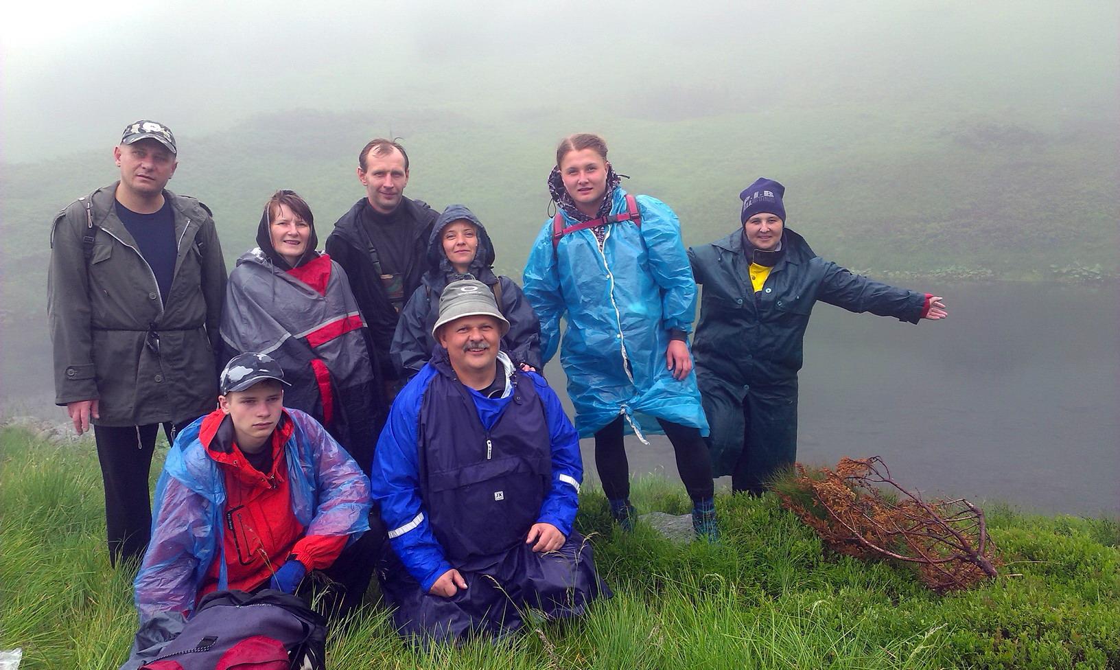 Ось воно - озеро Криваве (Мармароське). Ой довго ми його шукали в хмарах і під дощем