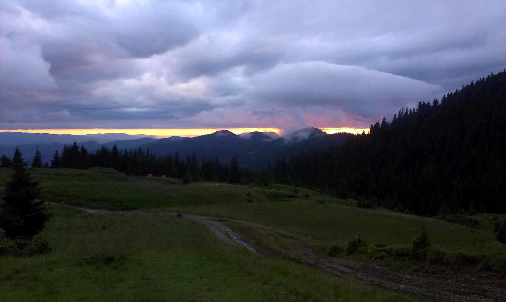 А на горизонті - неймовірний захід сонця. Знизу його не видно