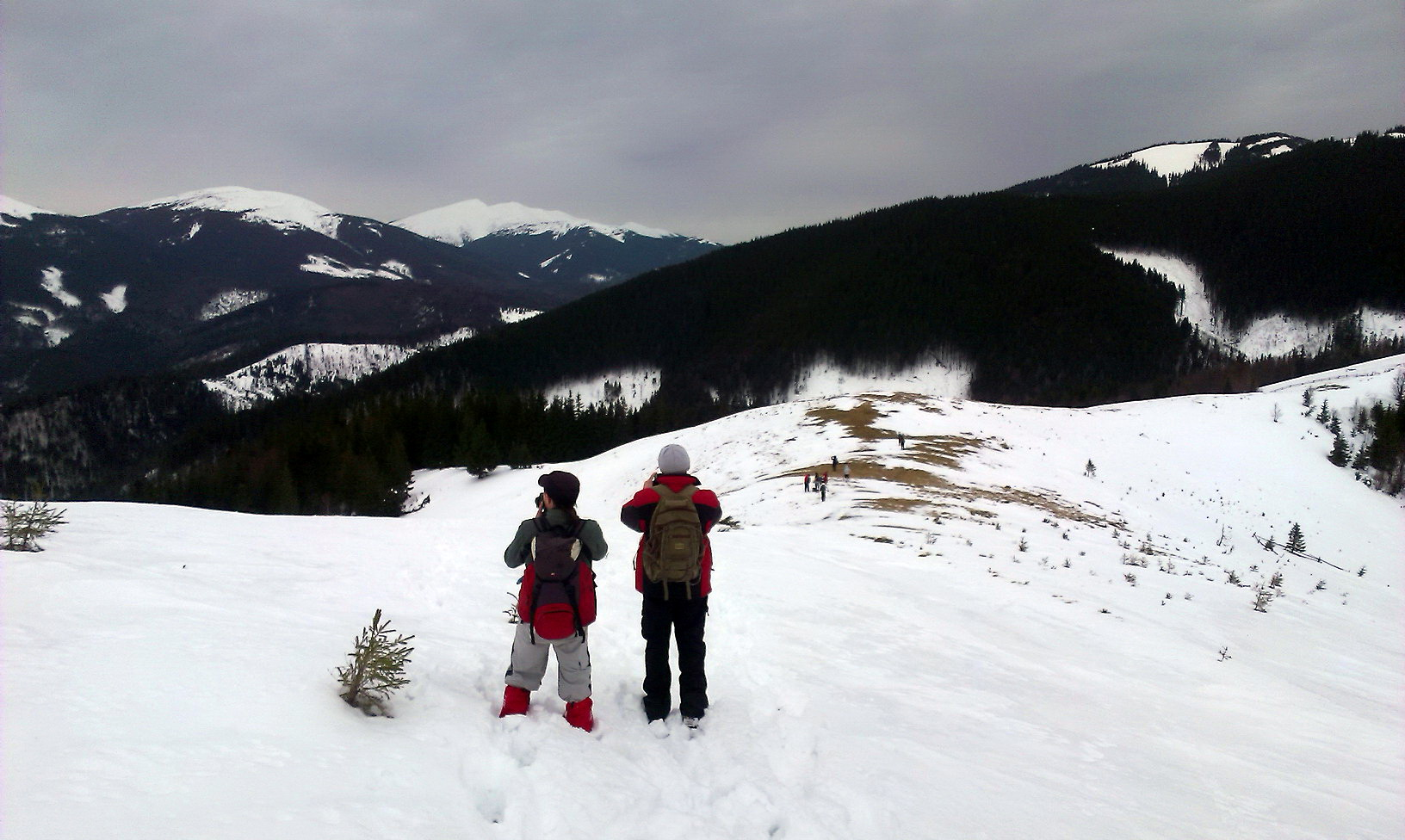 На хребті місцями поздувало сніг