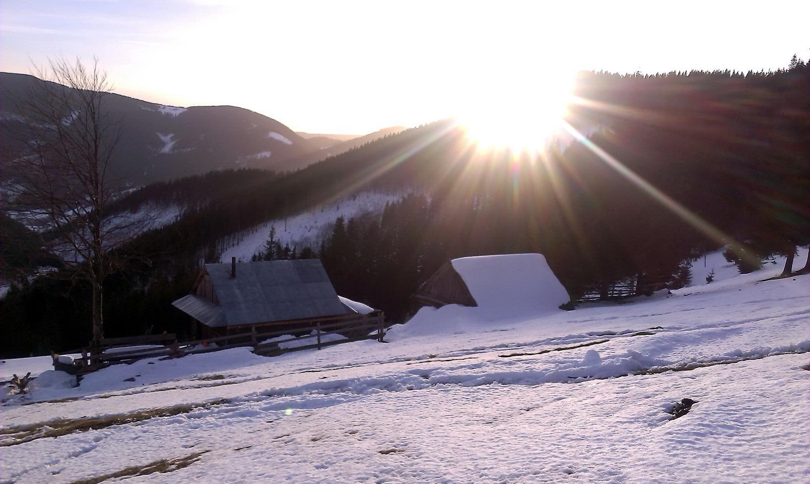16:30. Сонце зараз сховається. Не за гору, а за хмару. Ще півтори години - і будемо внизу, біля машин.