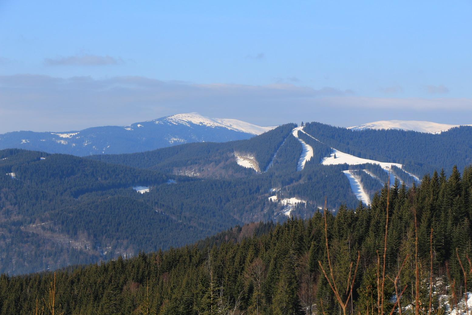 Гора Довга, найвищий Буковельський підйомник, а позаду - Чорна Клива і жереп, жереп, жереп :-)