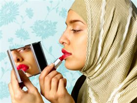 Макияж, духи и хиджаб.