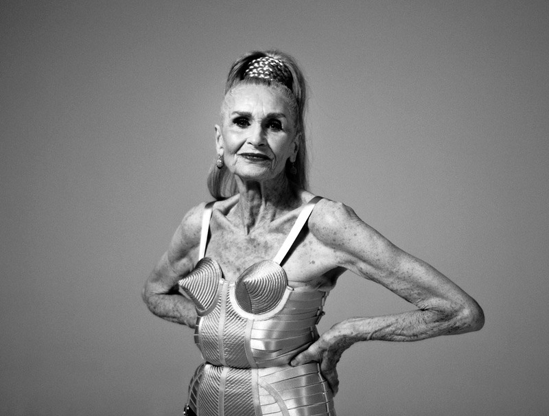 голая бабушка с большой грудью фото