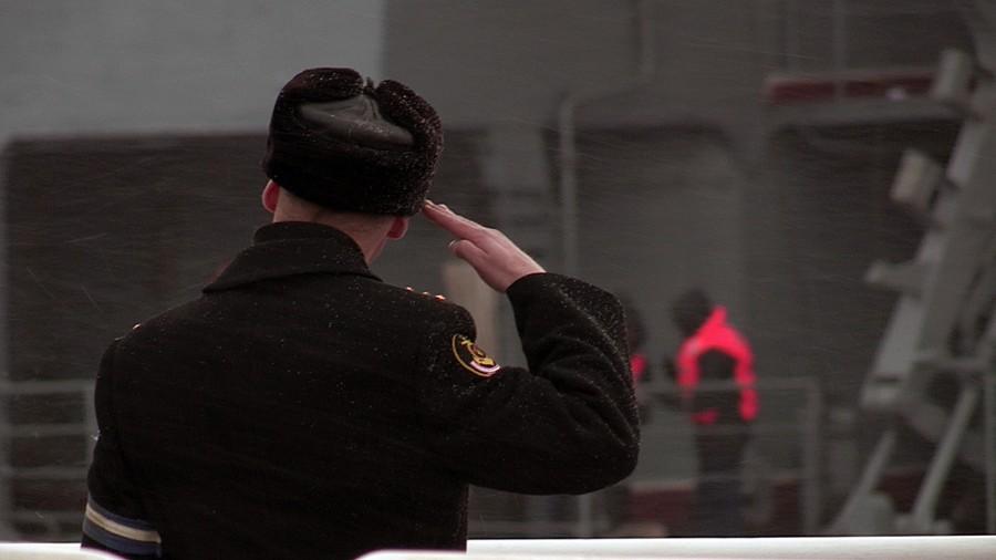 6. Вахтенный офицер РКР «Маршал Устинов» отдает честь БПК «Адмирал Левченко»