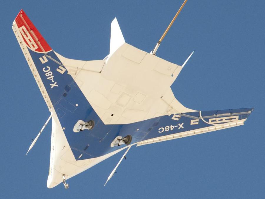 счет.  Конструкция самолетов серии Х-48 основана на комбинированной схеме крыла-фюзеляжа, за. площадь поверхности...